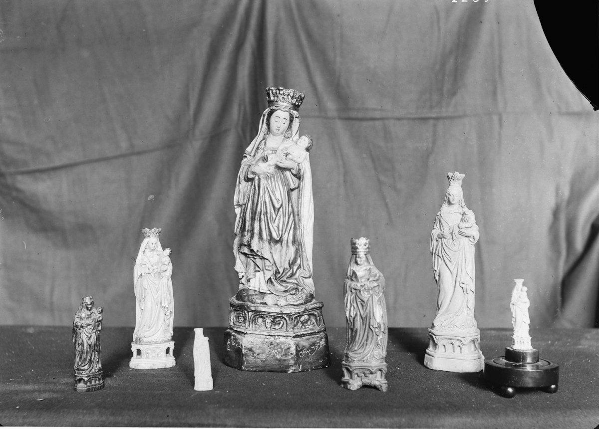 File reproductie in hout ivoor en klei van het beeld notre dame de foy dinant in het bezit - Beeld het meisje van ...