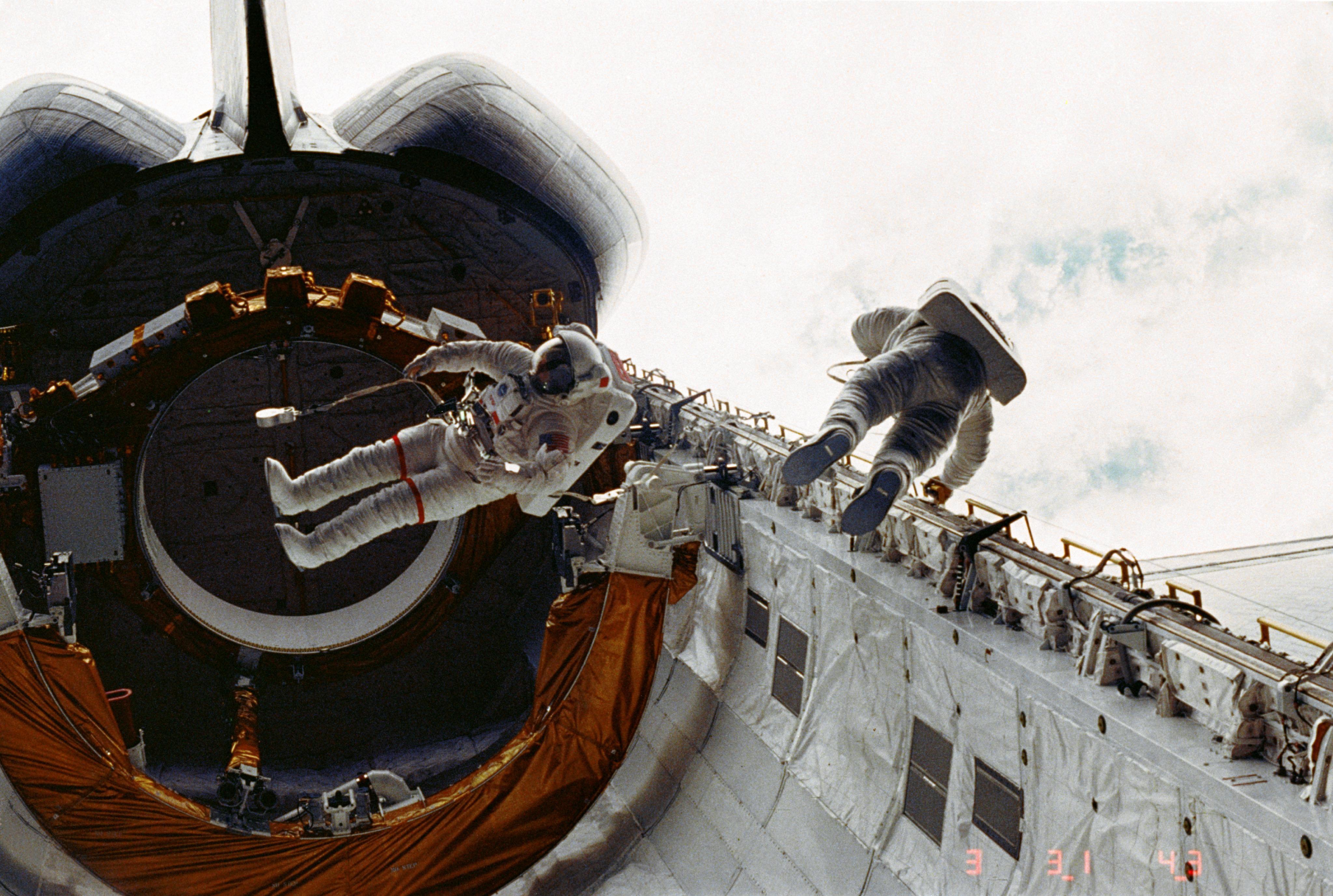 обломки шаттла в космосе фото вбить