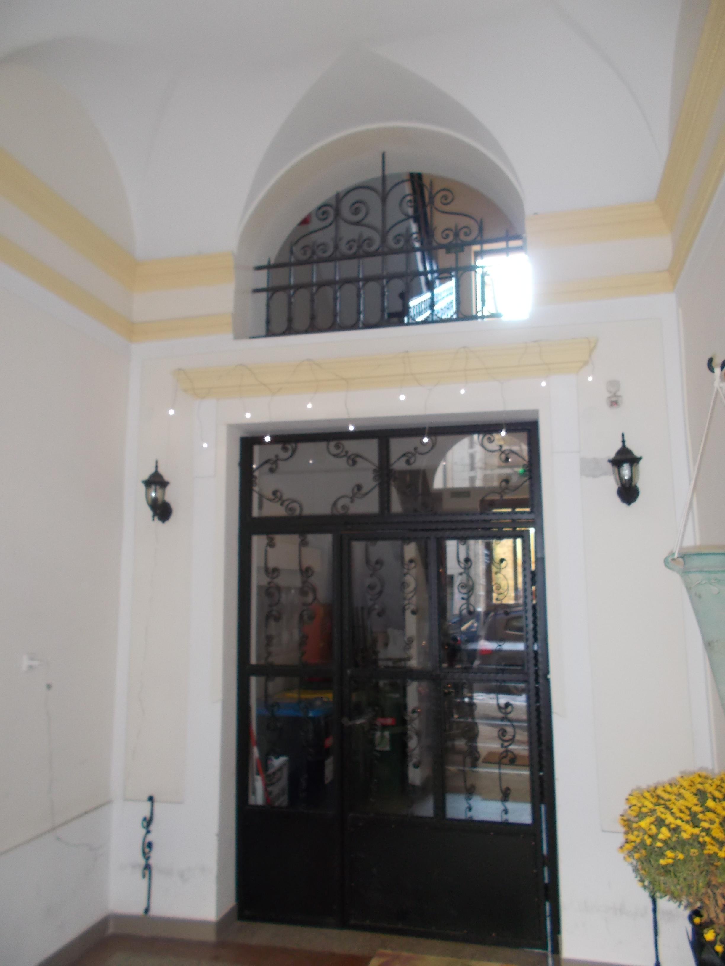 File:Szőke House. Inner Gate.   8 Pauler Street, Budapest.JPG