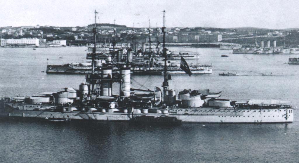 Tegetthoff_class_battleships_in_Pola_191