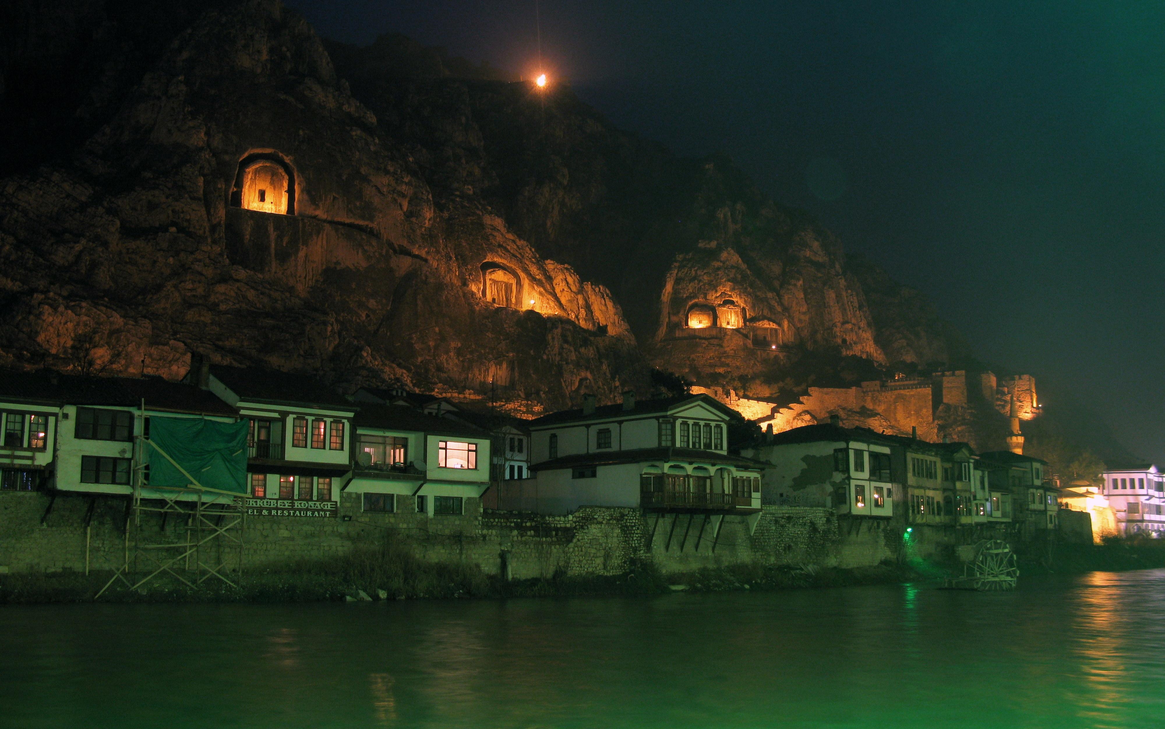 File:Tombs of the kings of Pontus at night in Amsaya ...