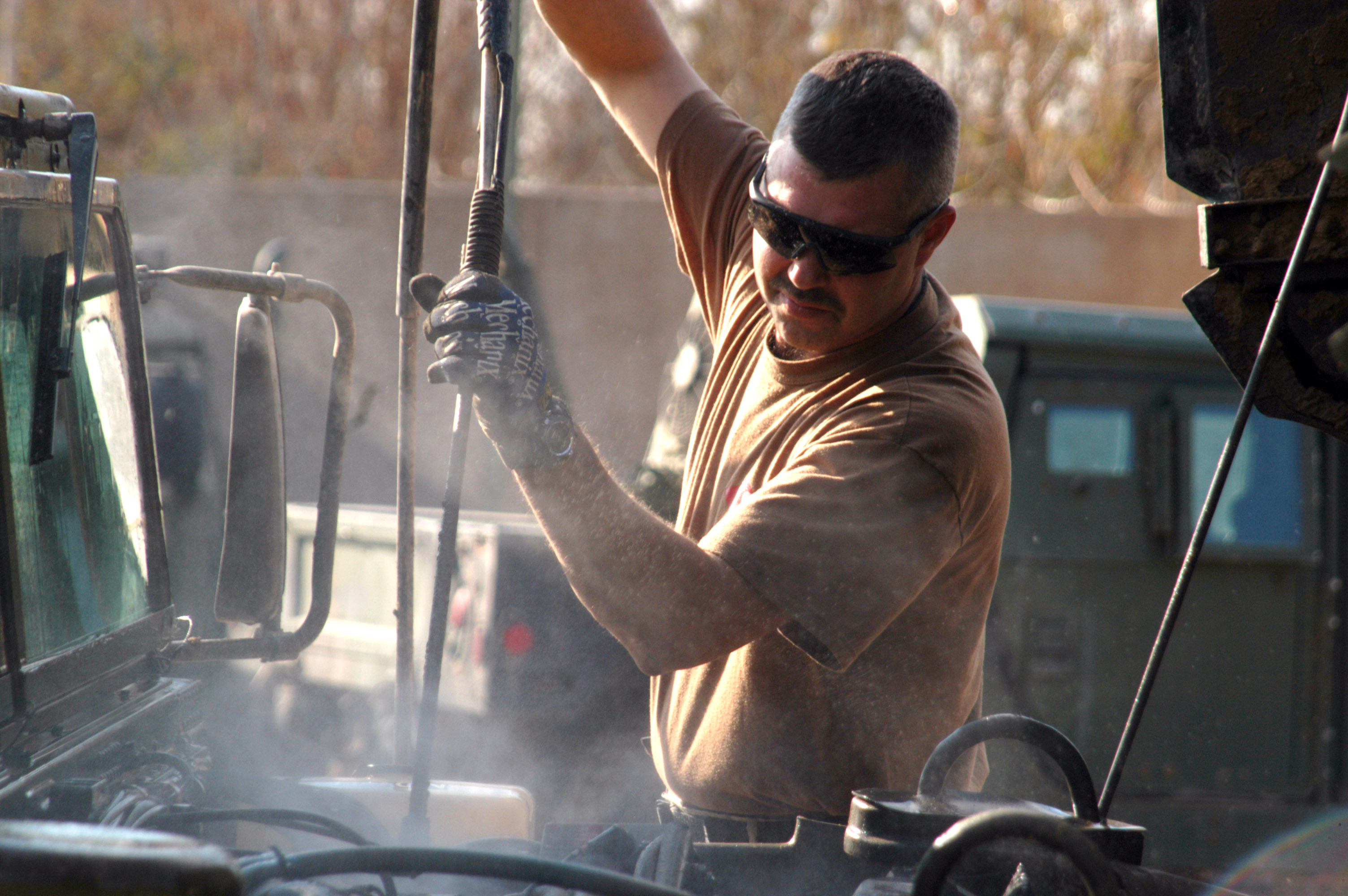 File:US Navy 070131-N-1625W-008 Construction Mechanic 2nd ...