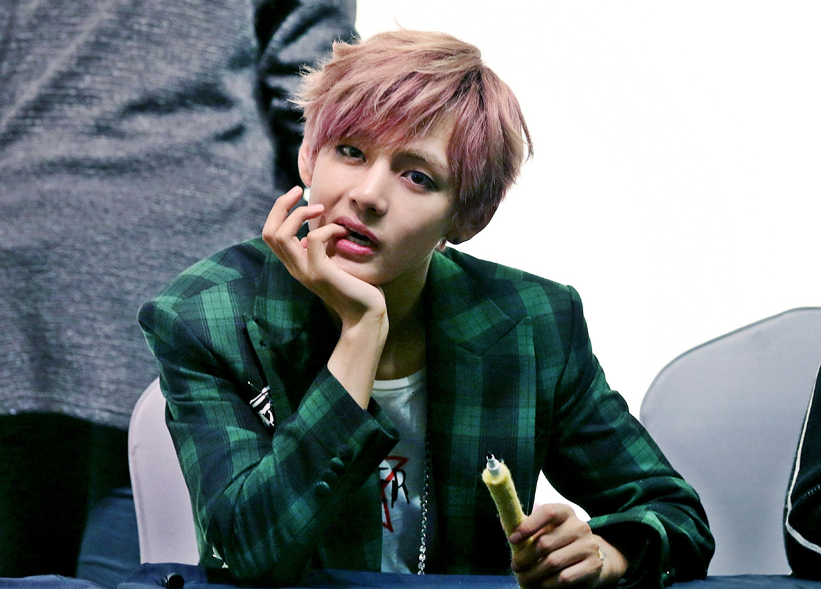 file v kim tae hyung at an fansign in cheongnyangni on