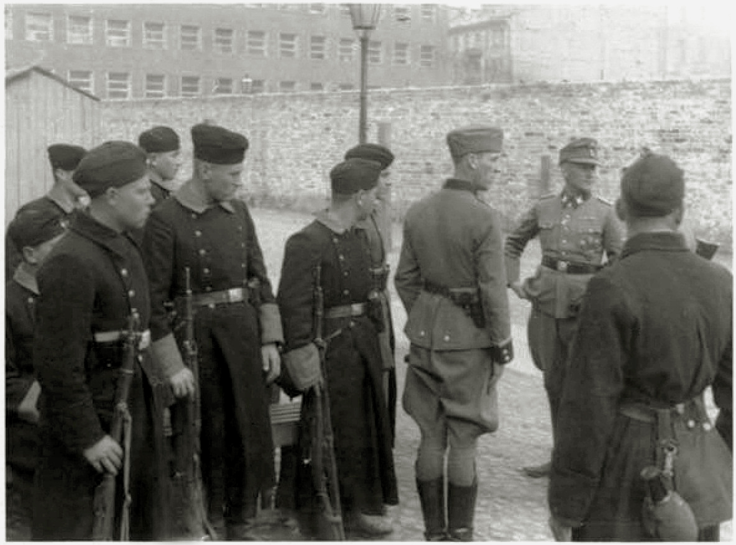 https://upload.wikimedia.org/wikipedia/commons/4/4b/Warsaw_Ghetto_Uprising_Umschlagplatz_1943_05.jpg