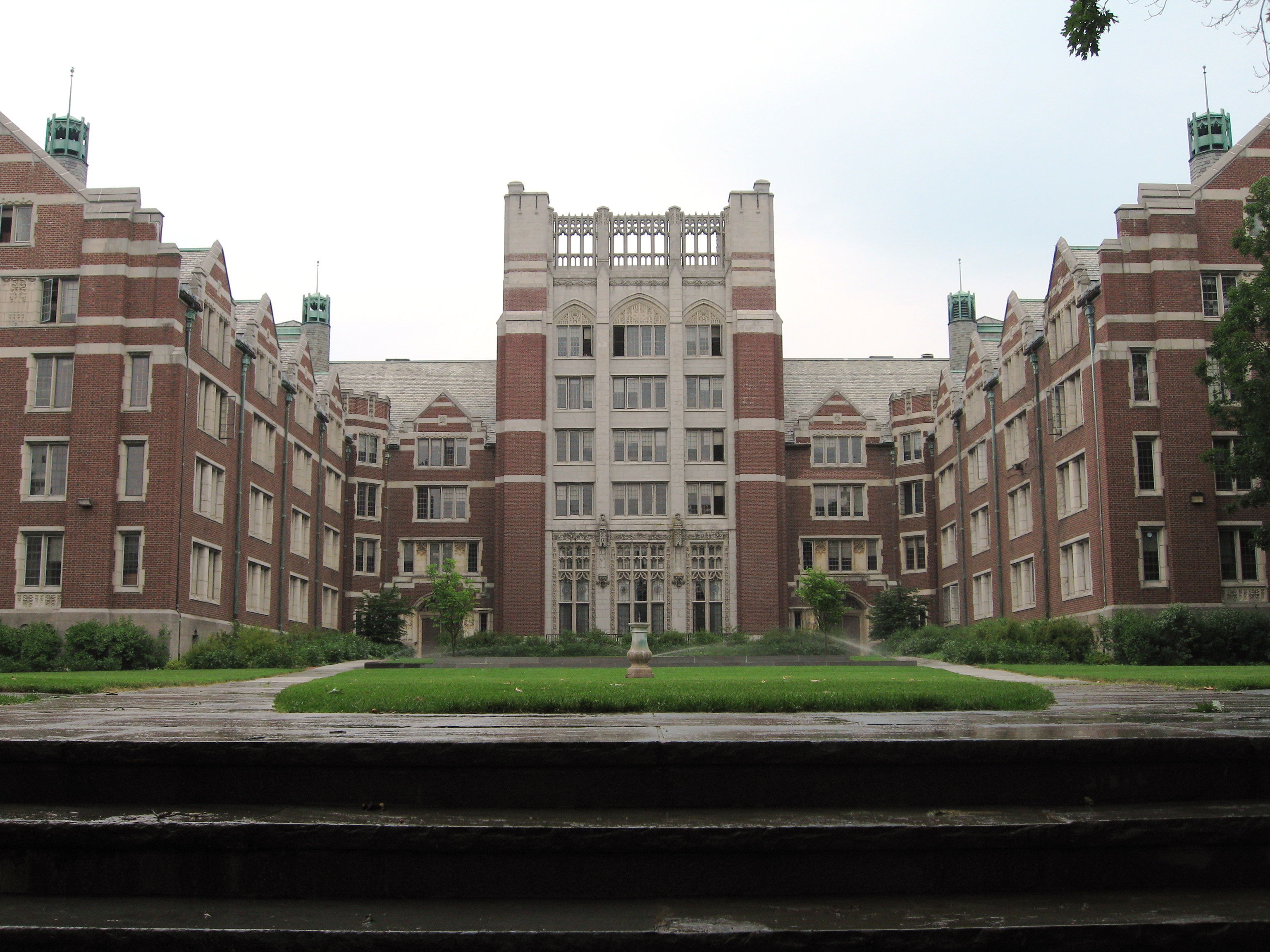Wellesley_College_Tower_Court.jpg