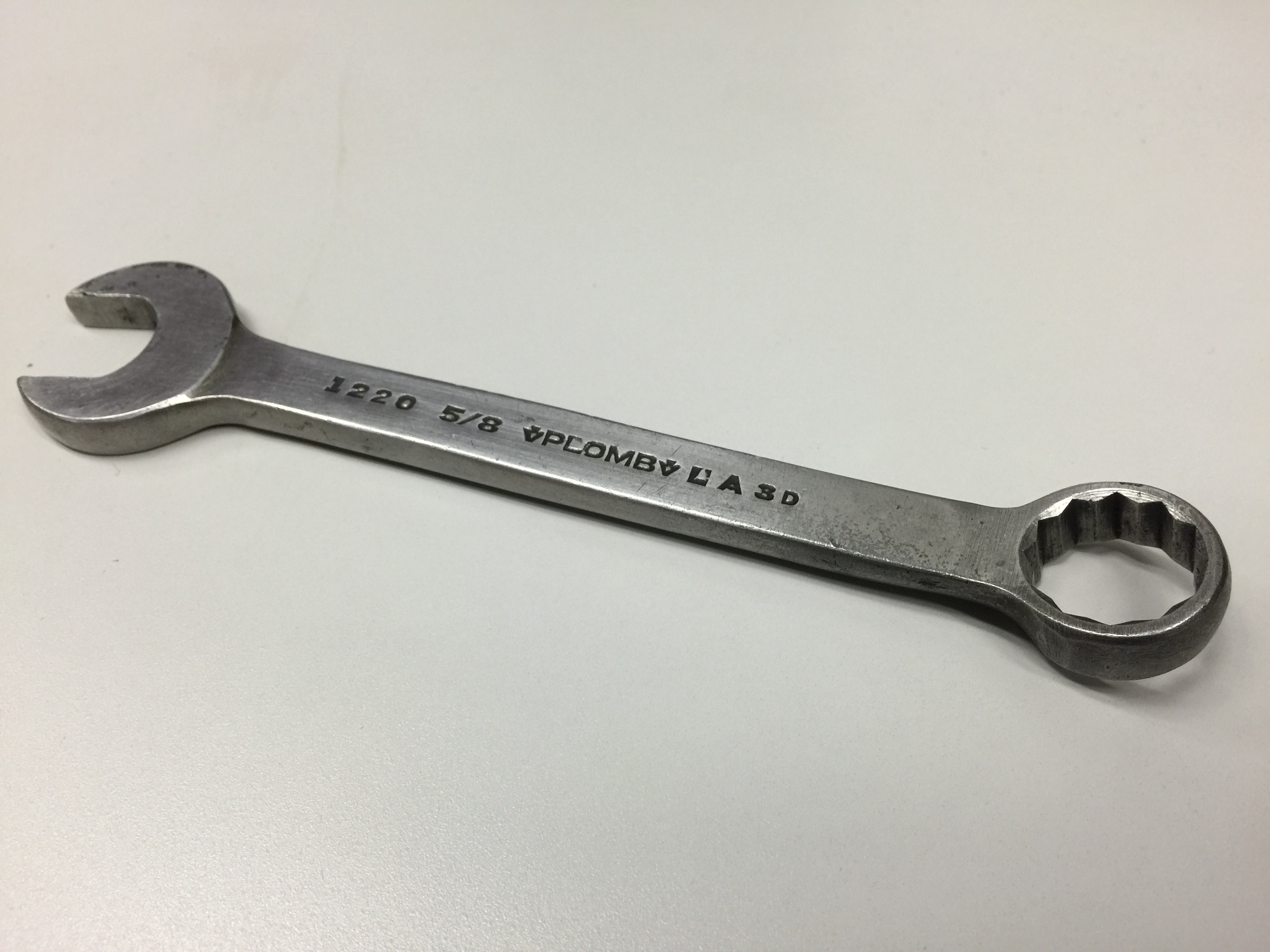how to use a combination wrench Define combination wrench: a wrench with one open end and one socket end.