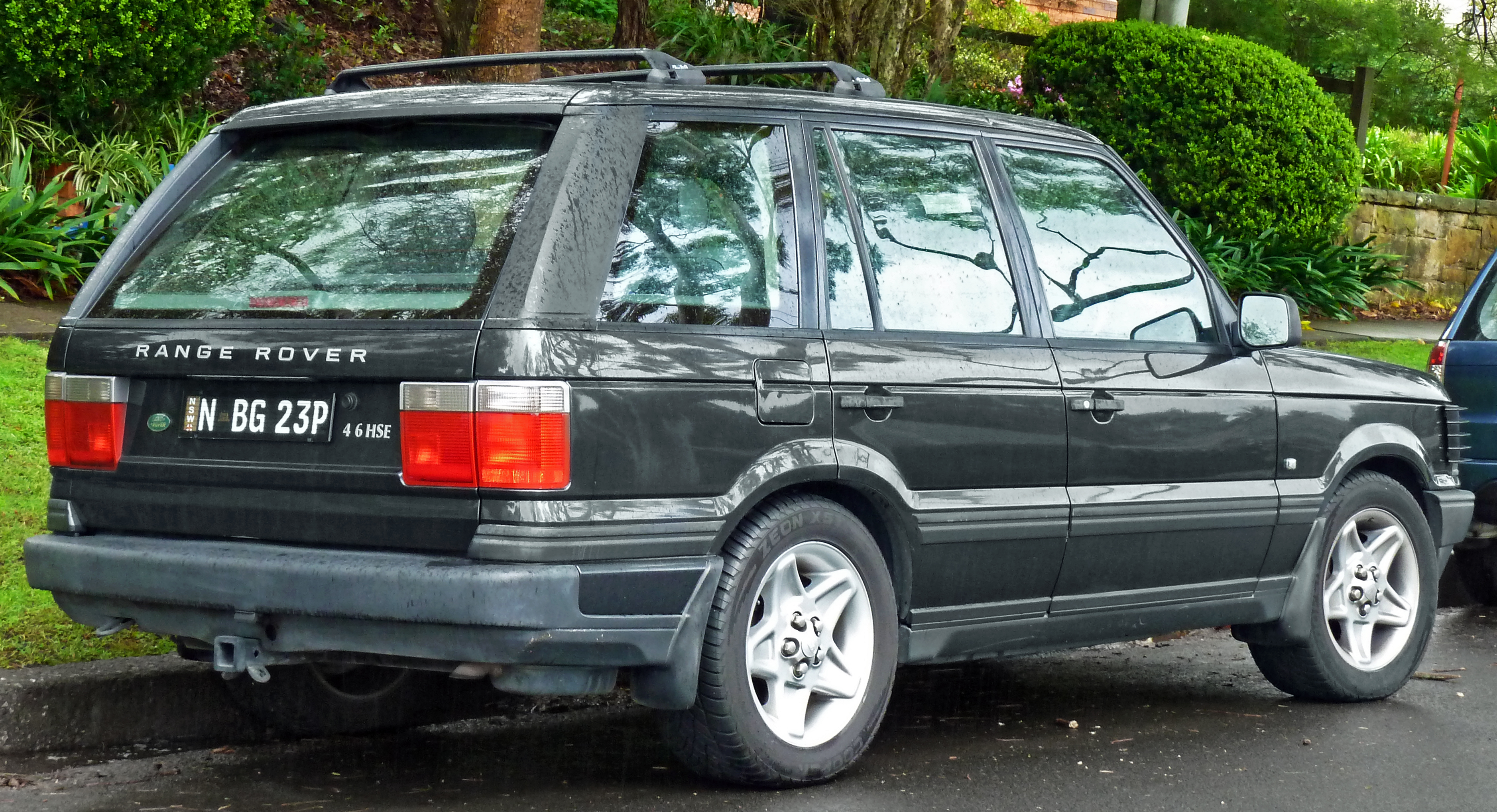 https://upload.wikimedia.org/wikipedia/commons/4/4c/1998_Land_Rover_Range_Rover_%28P38A%29_4.6_HSE_Autobiography_wagon_%282011-04-28%29.jpg