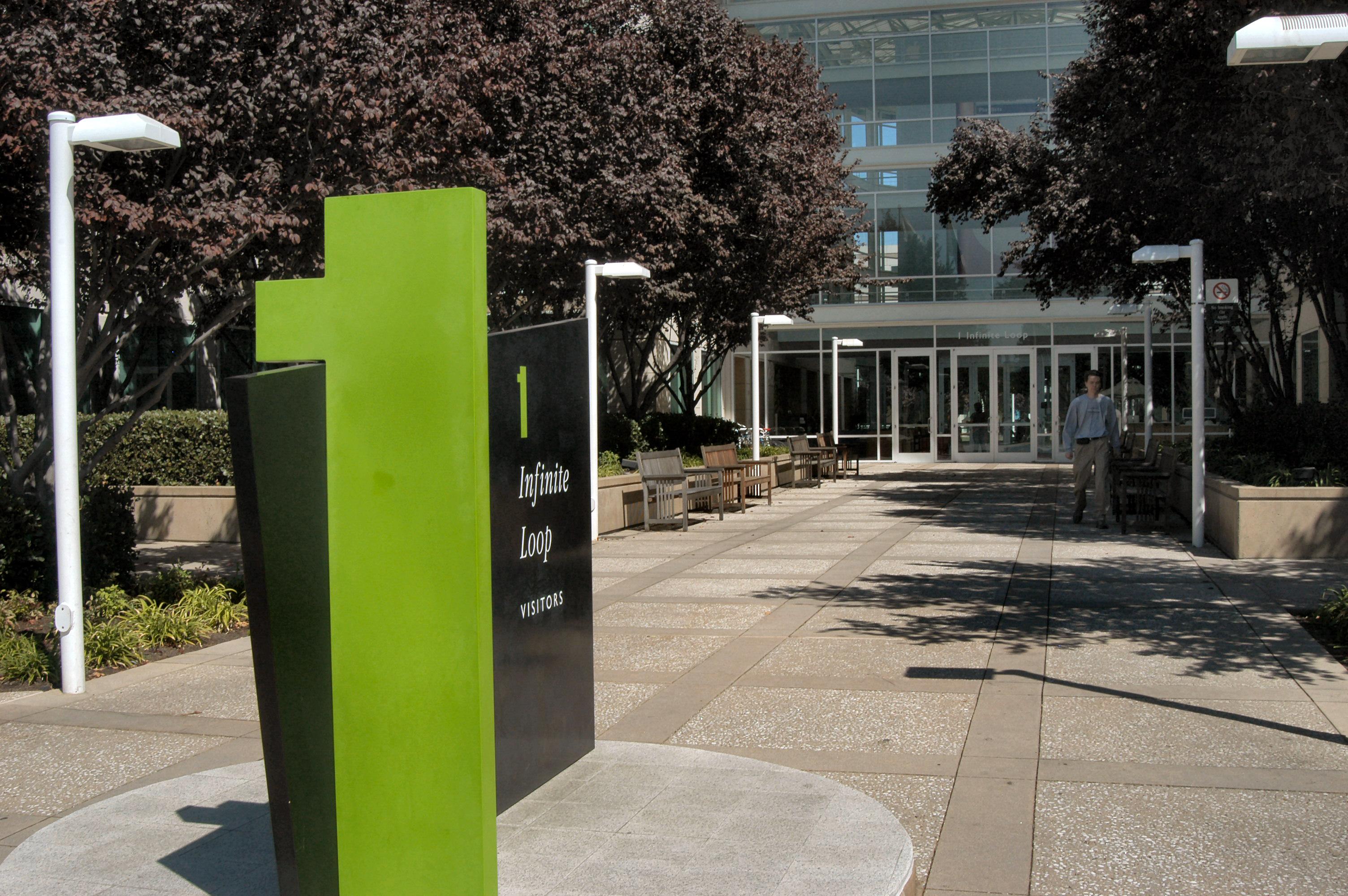 Ingresso della sede centrale a Cupertino, in California.