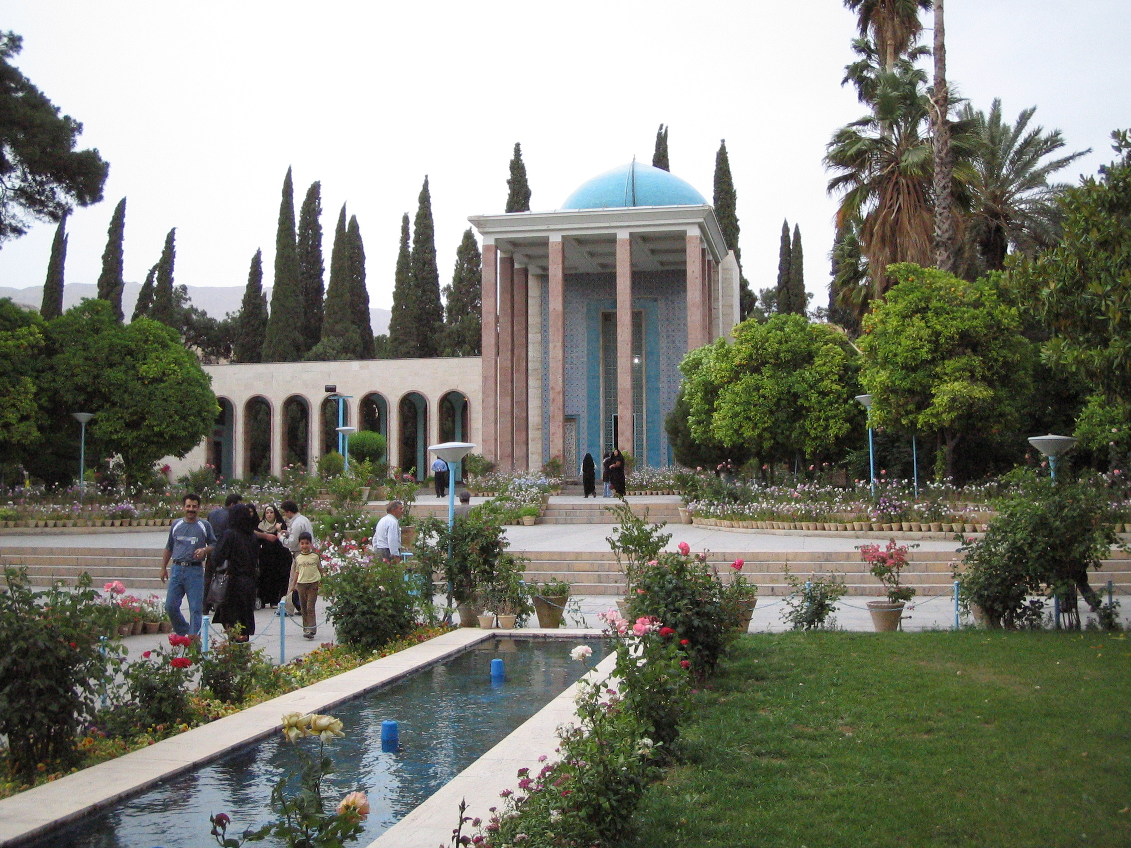 File:Aramgah-e-saadi shiraz.jpg - Wikimedia Commons