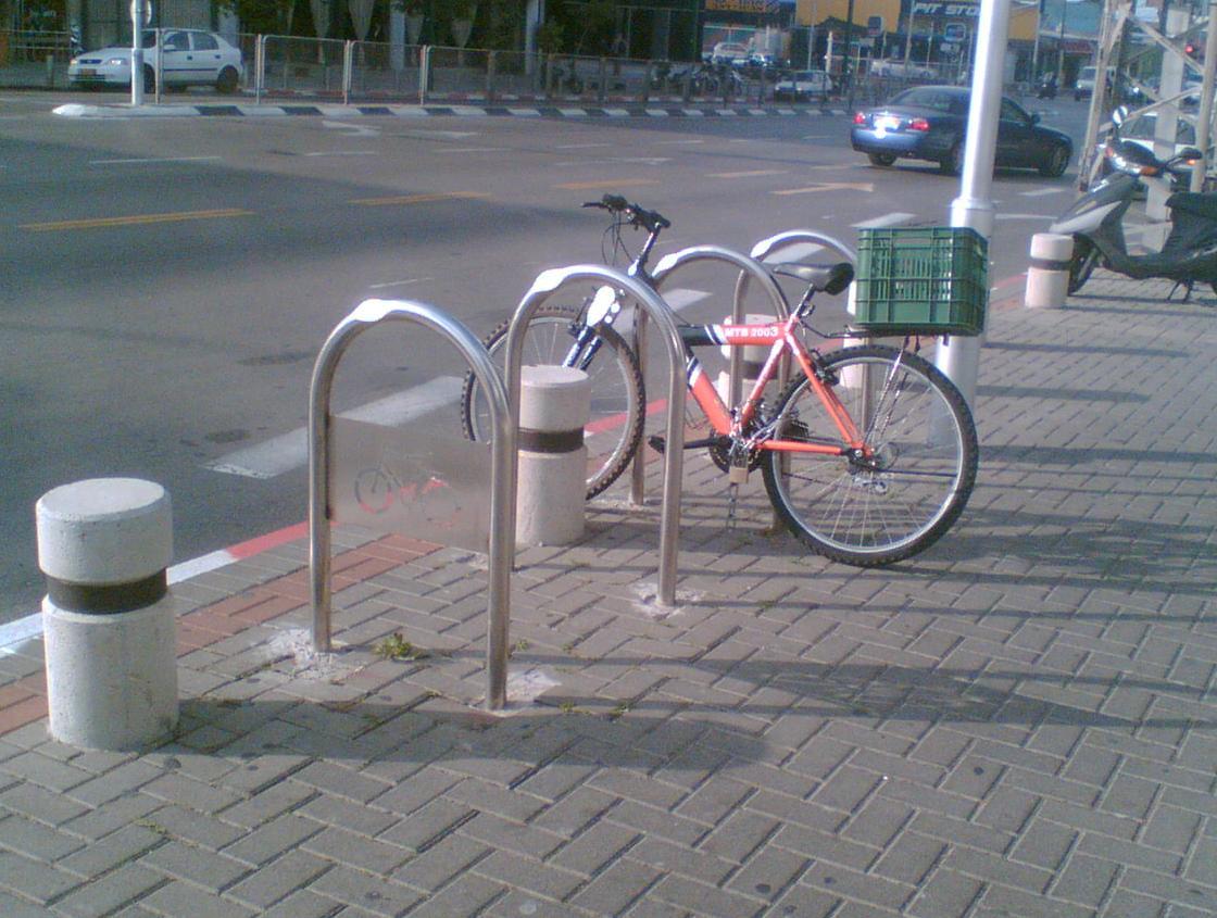 Anclaje para bicicletas wikipedia la enciclopedia libre for Como guardar bicis en un piso