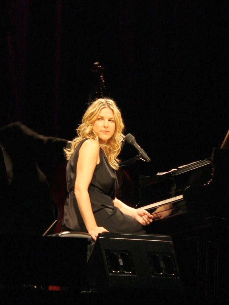 https://upload.wikimedia.org/wikipedia/commons/4/4c/DianaKrall_Cologne_2730.jpg
