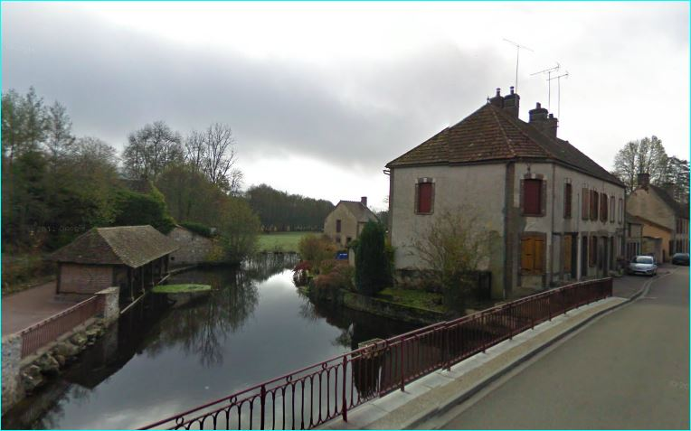 River Le Branlin at Tannerre-en-Puisaye, crossing the rue Saint-Blaise (begining of the route de Septfonds). At this place the Branlin is divided into two arms. This is the northern branch and main arm, nearest to the center of the village. Looking upstream, with the floodable washhouse on the riverside here on the left.