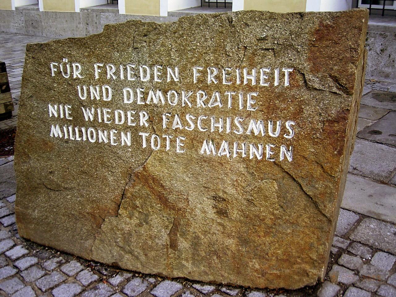 Mahnmal vor Hitlers Geburtshaus, aufgestellt 1989. Fels aus dem KZ Mauthausen