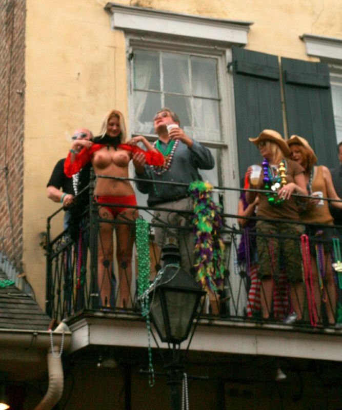 Description Mardi Gras balcony flash.jpg