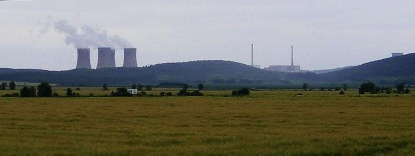 Panorama de la centrale de Mochovce, en Slovaquie, où le gouverneur de Bangka-Belitung a effectué une visite en décembre 2010 (Wikipedia).