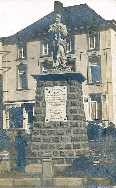 Le Monument au Morts de la Grande Guerre sur la place de l'église de Mont Saint Guibert.(Ultérieurement aussi monument de la 2ème guerre mondiale.)