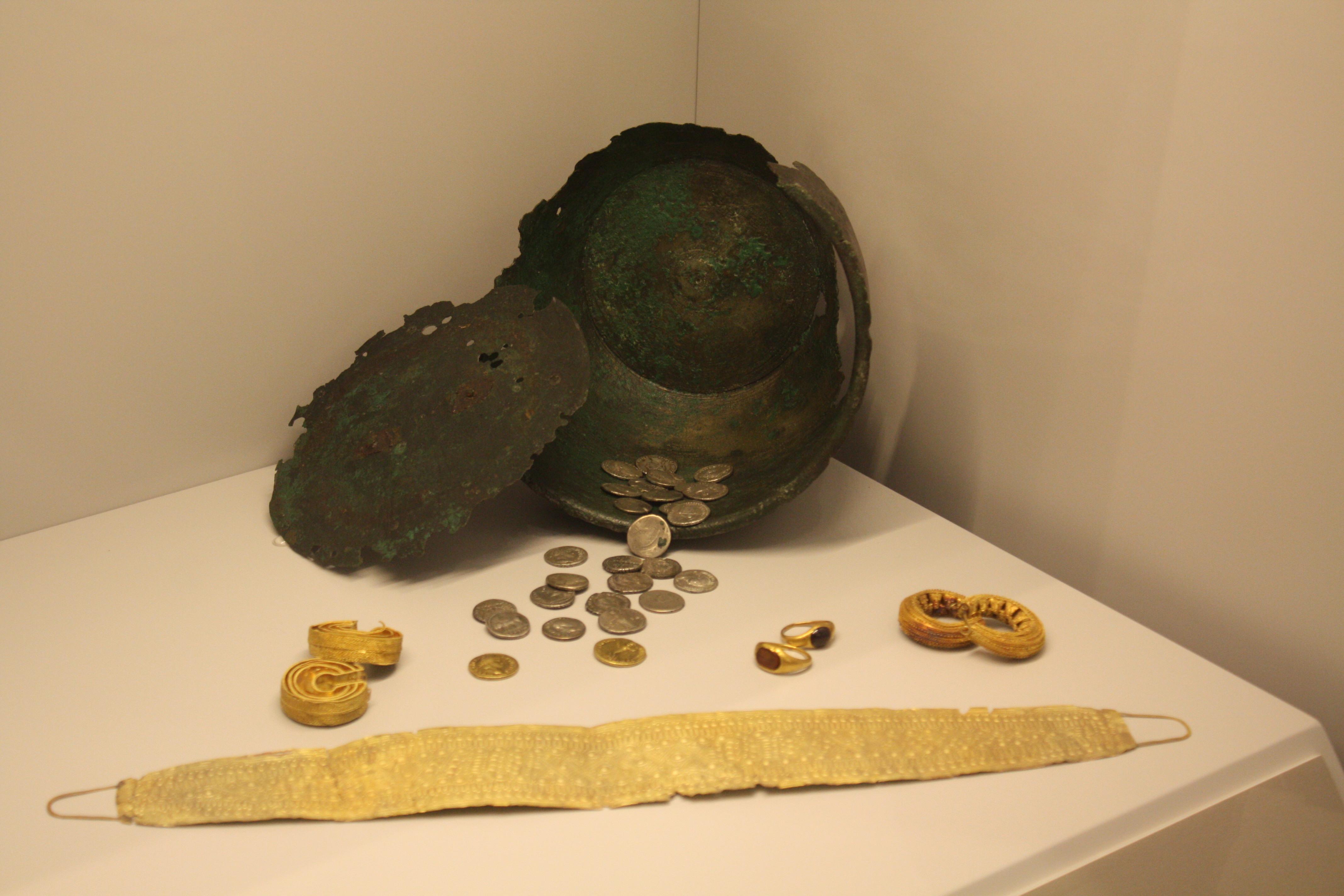 File:Museo Pontevedra, Ed. Sarmiento 02-16a, Tesouro de Bedoya.JPG - Wikimedi...