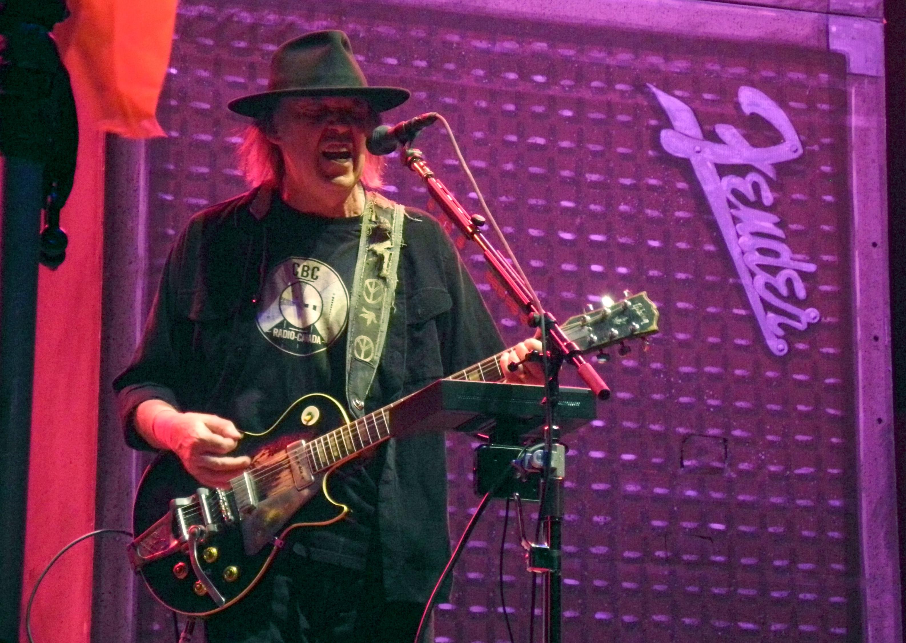 Neil Young durante la gira Alchemy Tour en 2013.