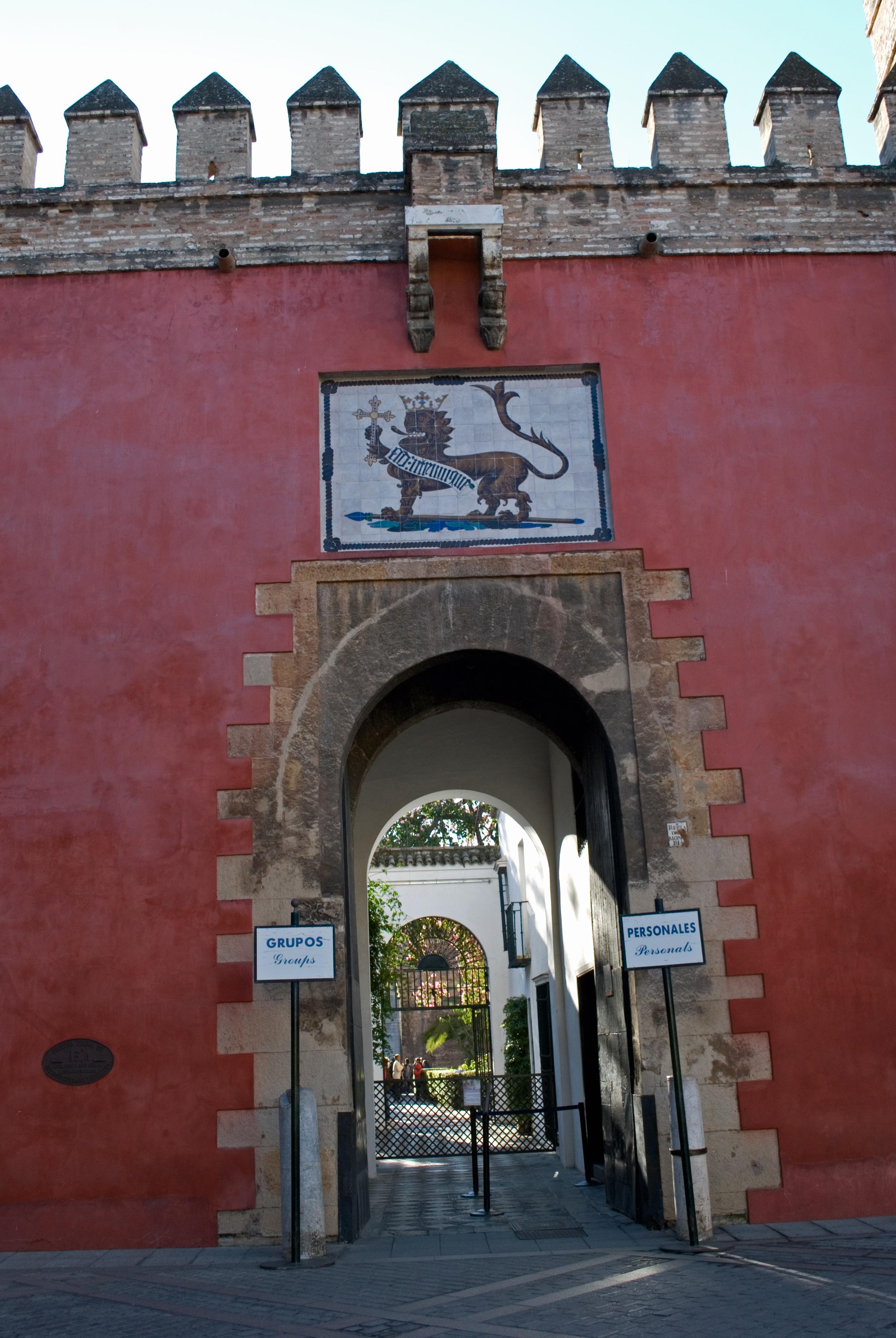 La torta de aceite excursi n a los reales alc zares de for Puerta 4 del jockey
