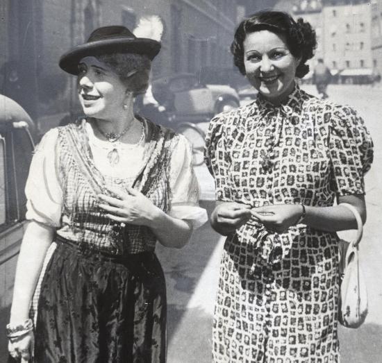 File:Rosette Anday (1903–1977) und Margit Bokor (1903–1949) © Wilhelm Willinger (1879–1943) OeNB 8075049.jpg