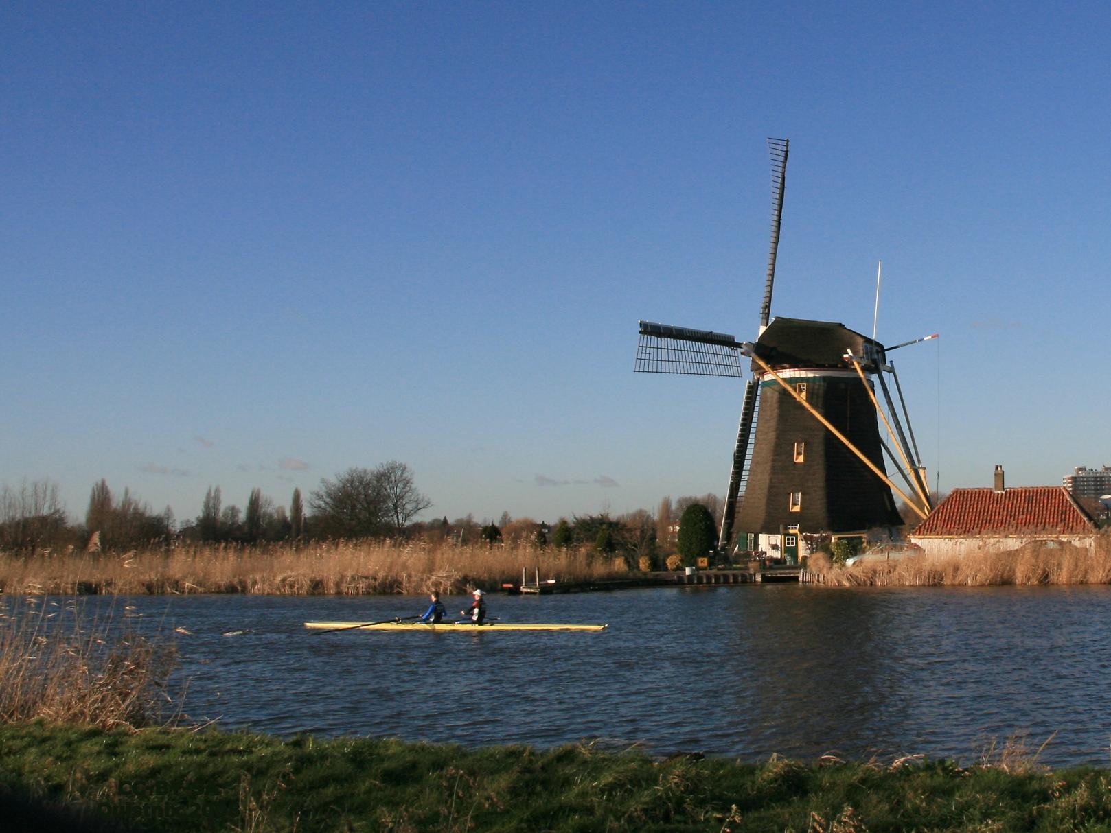 https://upload.wikimedia.org/wikipedia/commons/4/4c/Rotterdam-Hillegersberg_De_Prinsenmolen_vanaf_overzijde_Rotte.jpg