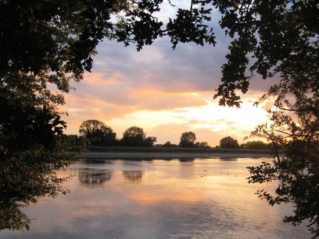 Sunset over Startops Reservoir, Near Tring - geograph.org.uk - 1394127
