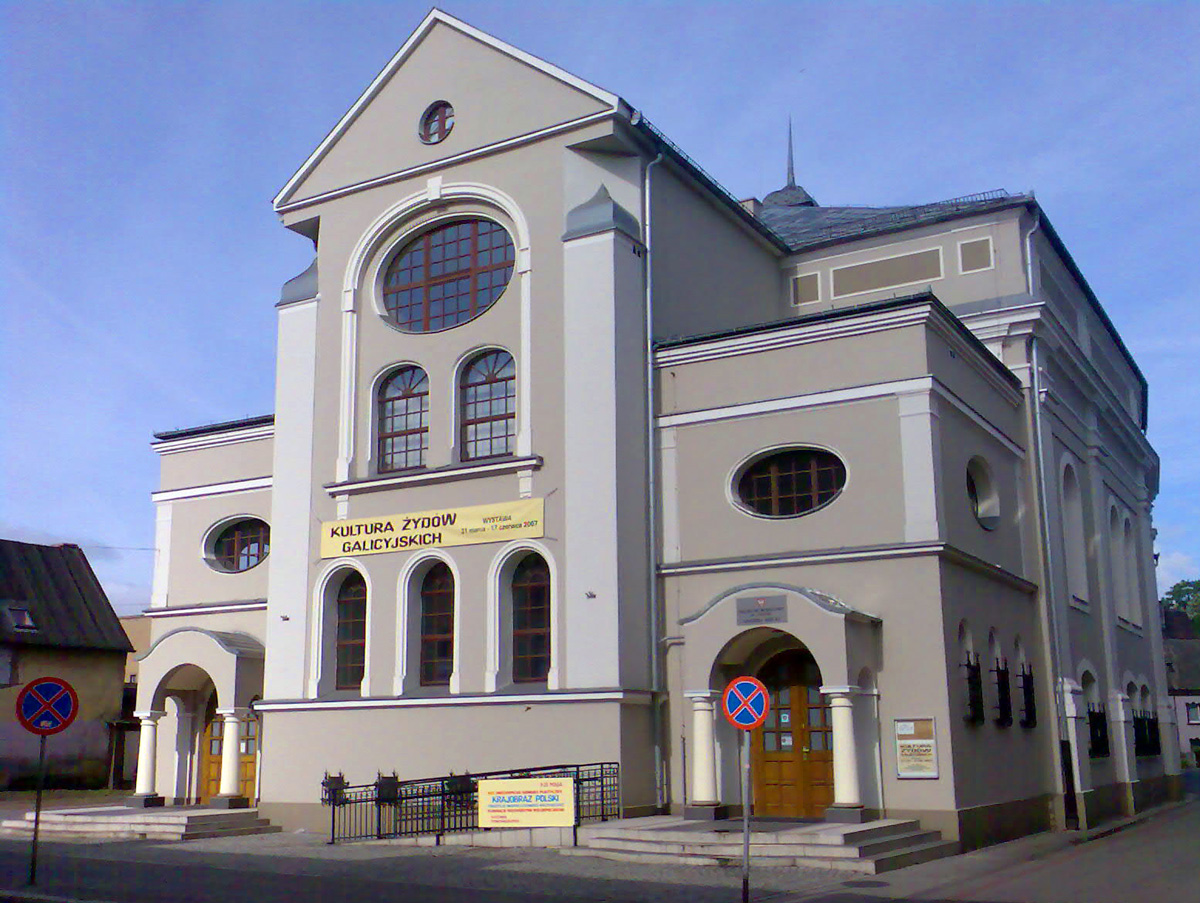 https://upload.wikimedia.org/wikipedia/commons/4/4c/SynagogaLeszno06.jpg