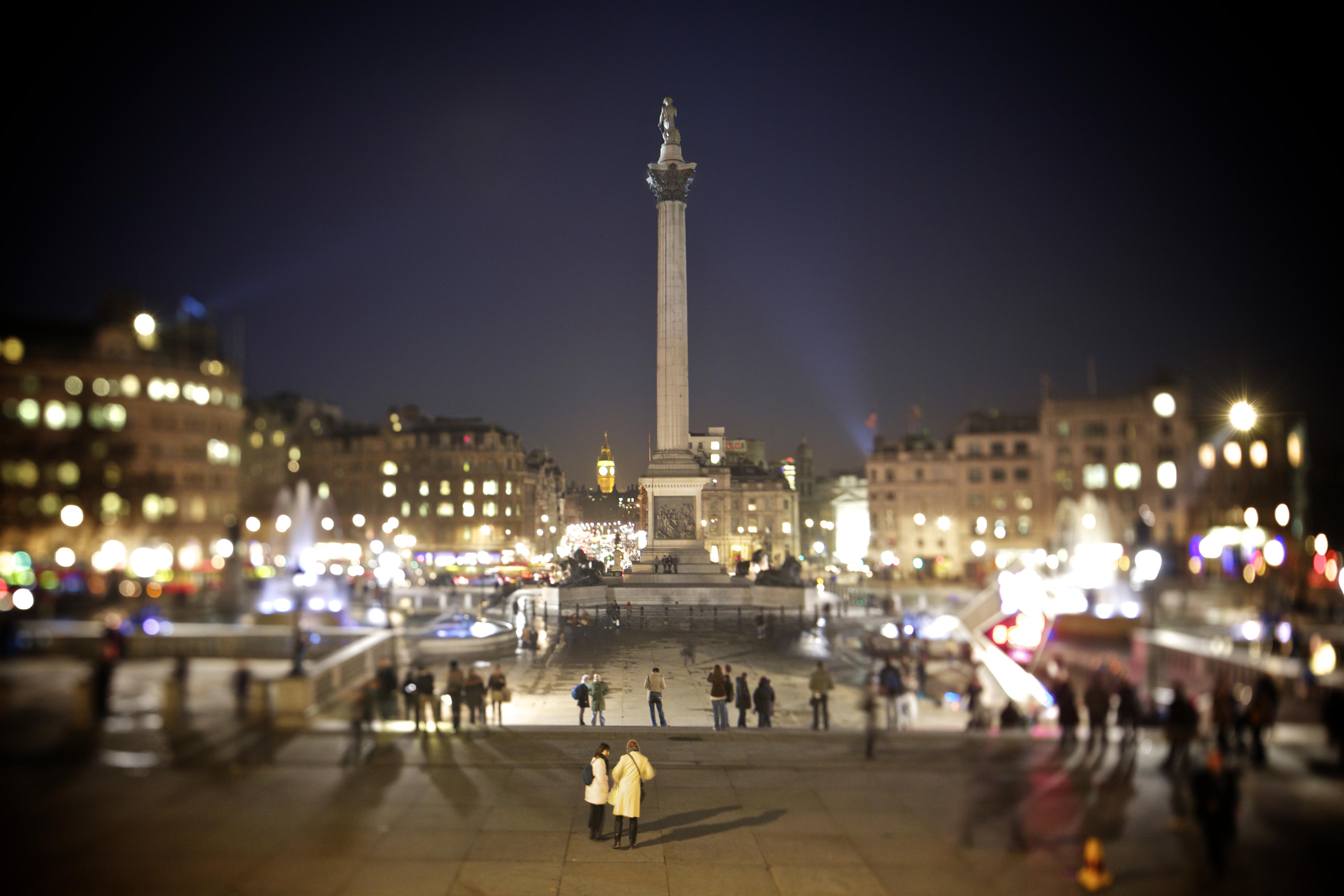 Description trafalgar square at night
