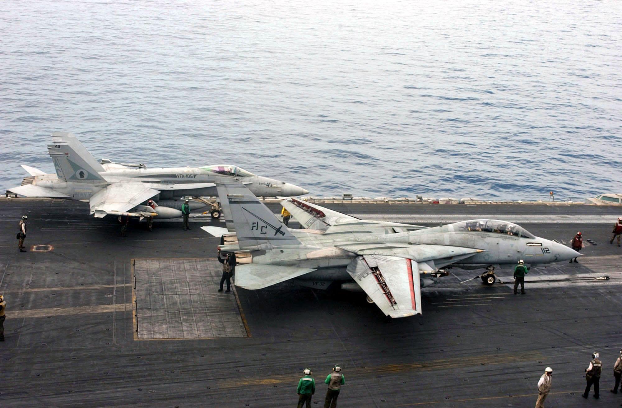 US_Navy_030408-N-7986B-008_An_F-A-18_Hor