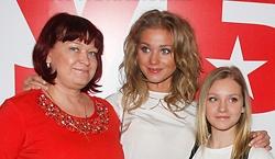 Кристина Асмус с мамой и сестрой Кариной.jpg