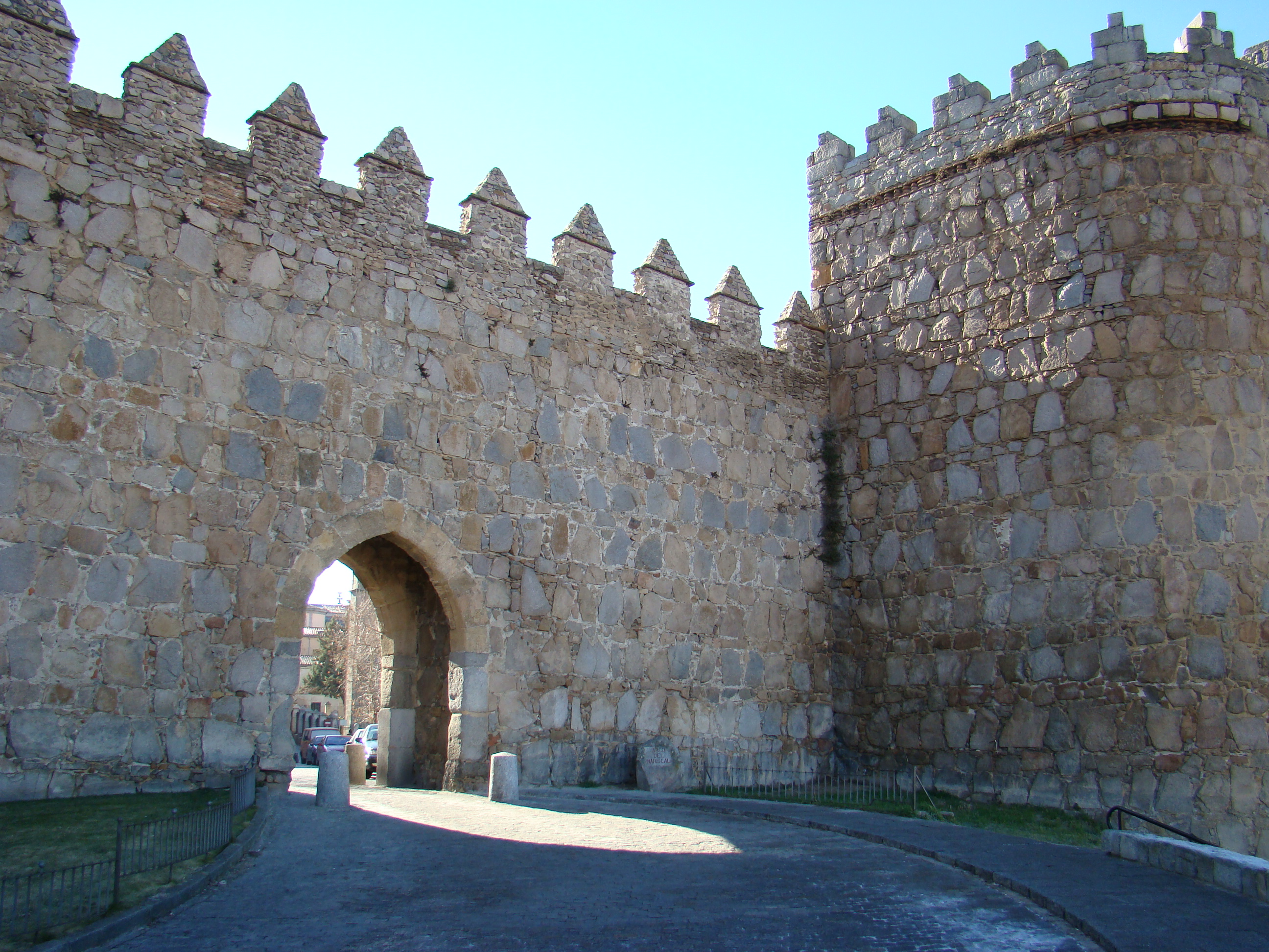 http://upload.wikimedia.org/wikipedia/commons/4/4d/Avila_murallas_romanicas_02_ni.JPG
