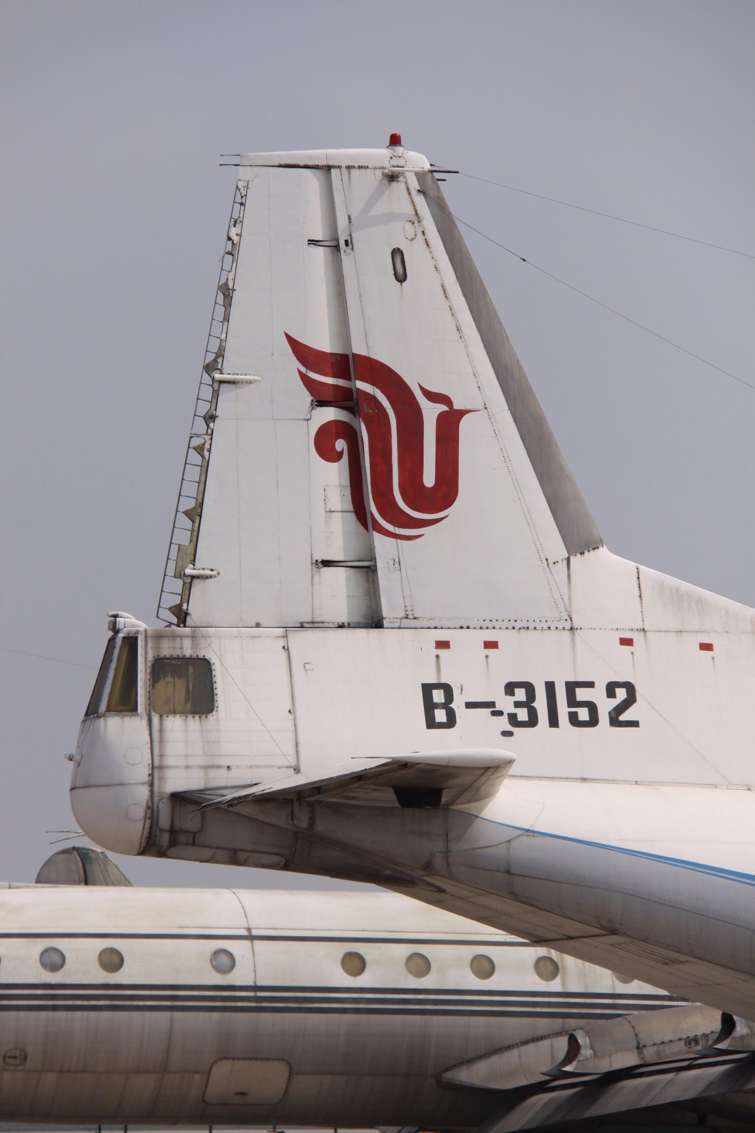B-3152_Antonov_An.12_Air_China_Tail_(115