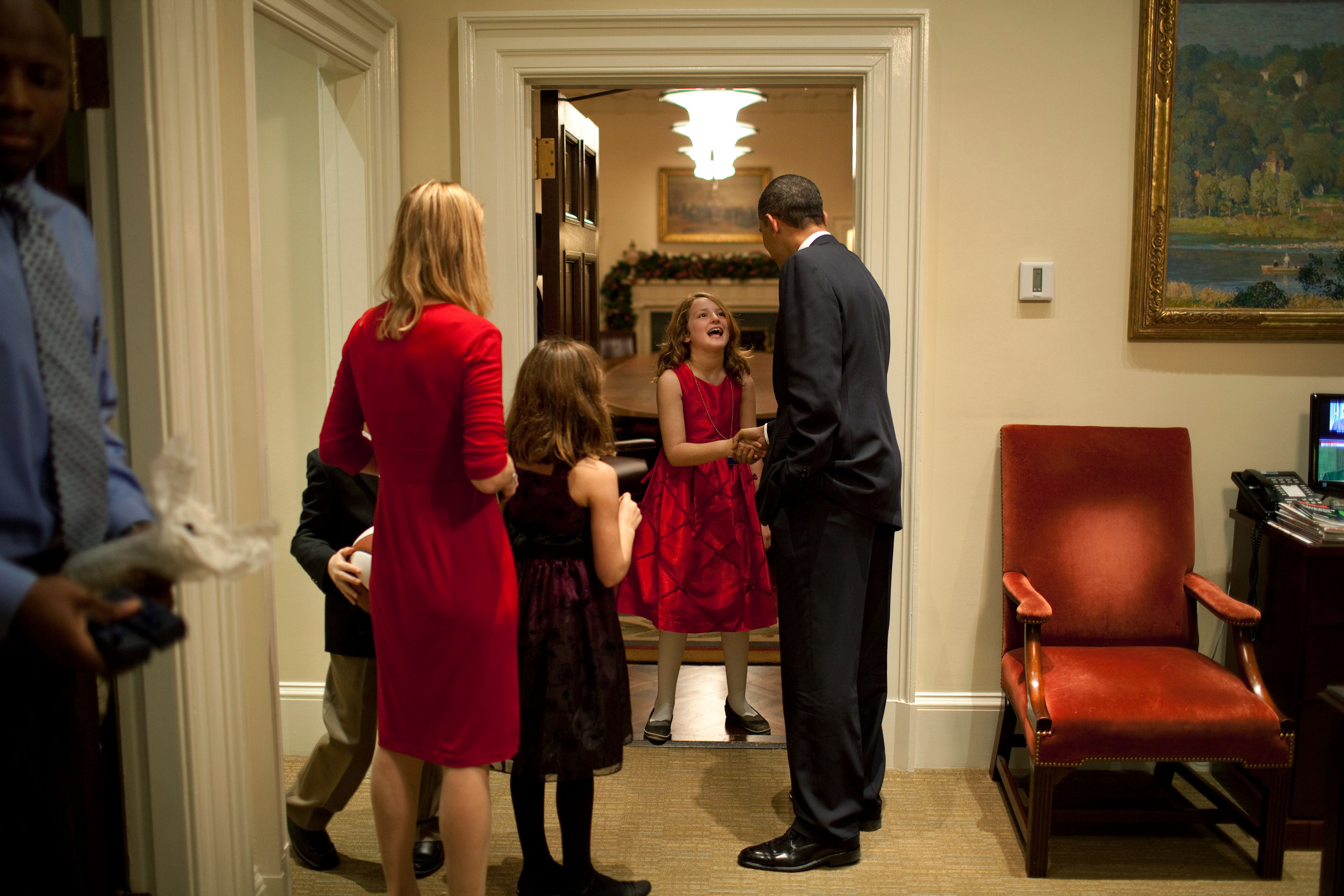 filebarack obama greets a family in the oval office secretary officejpg fileobama oval officejpg