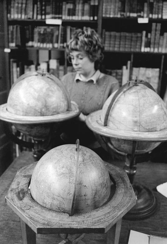 Глобус Bundesarchiv_Bild_183-1989-1019-007%2C_Leipzig%2C_Geographischen_Zentralbibliothek%2C_Globensammlung
