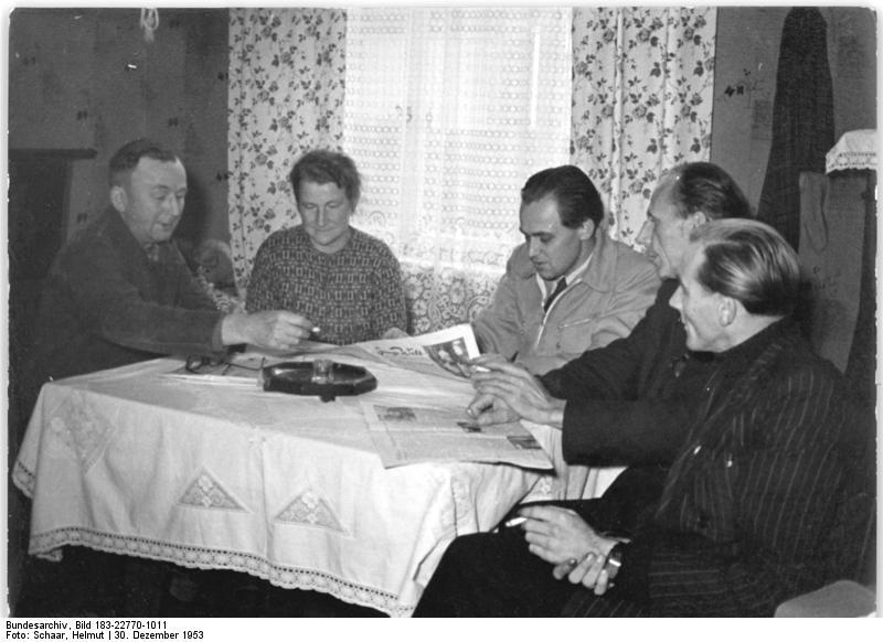 File:Bundesarchiv Bild 183-22770-1011, Gräfinau, Bauern diskutieren über Außenministerkonferenz.jpg