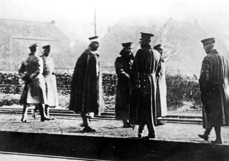 Flucht WilhelmsII. (Bildmitte bzw. vierter von links) am 10. November 1918: auf dem Bahnsteig des belgisch-niederländischen Grenzübergangs Eysden kurz vor der Abreise ins niederländische Exil