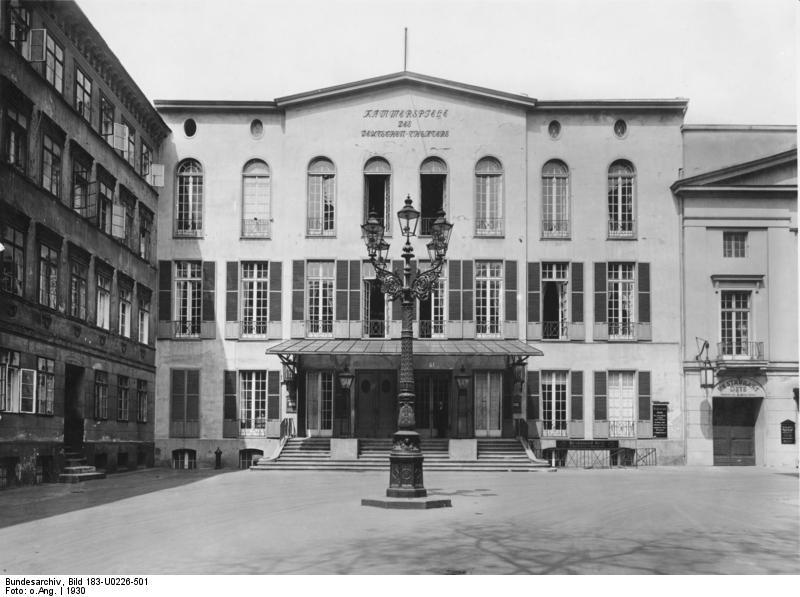 Ato I - Narrativa de Howard: Those who know will not tell Bundesarchiv_Bild_183-U0226-501,_Berlin,_Deutsches_Theater,_Kammerspiele