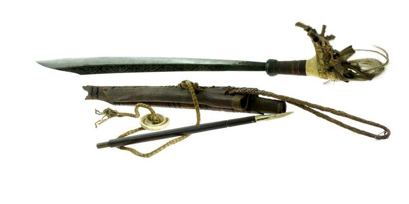 File:COLLECTIE TROPENMUSEUM Zwaard met gevest van hertshoorn schede en mesje TMnr 889-43.jpg