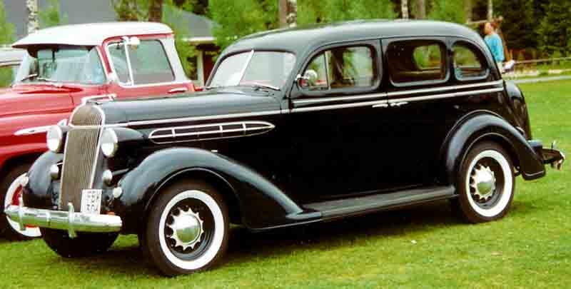 File chrysler 4 door sedan wikimedia commons for 1935 dodge 4 door sedan