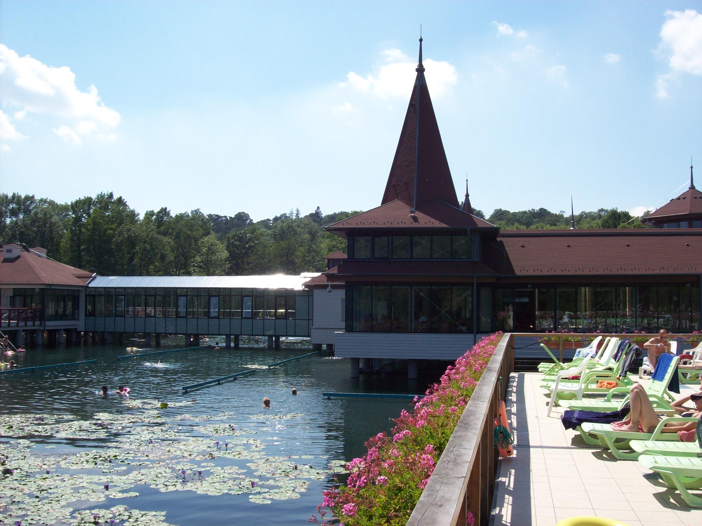 Hévízi-tó - fürdőépület része.jpg
