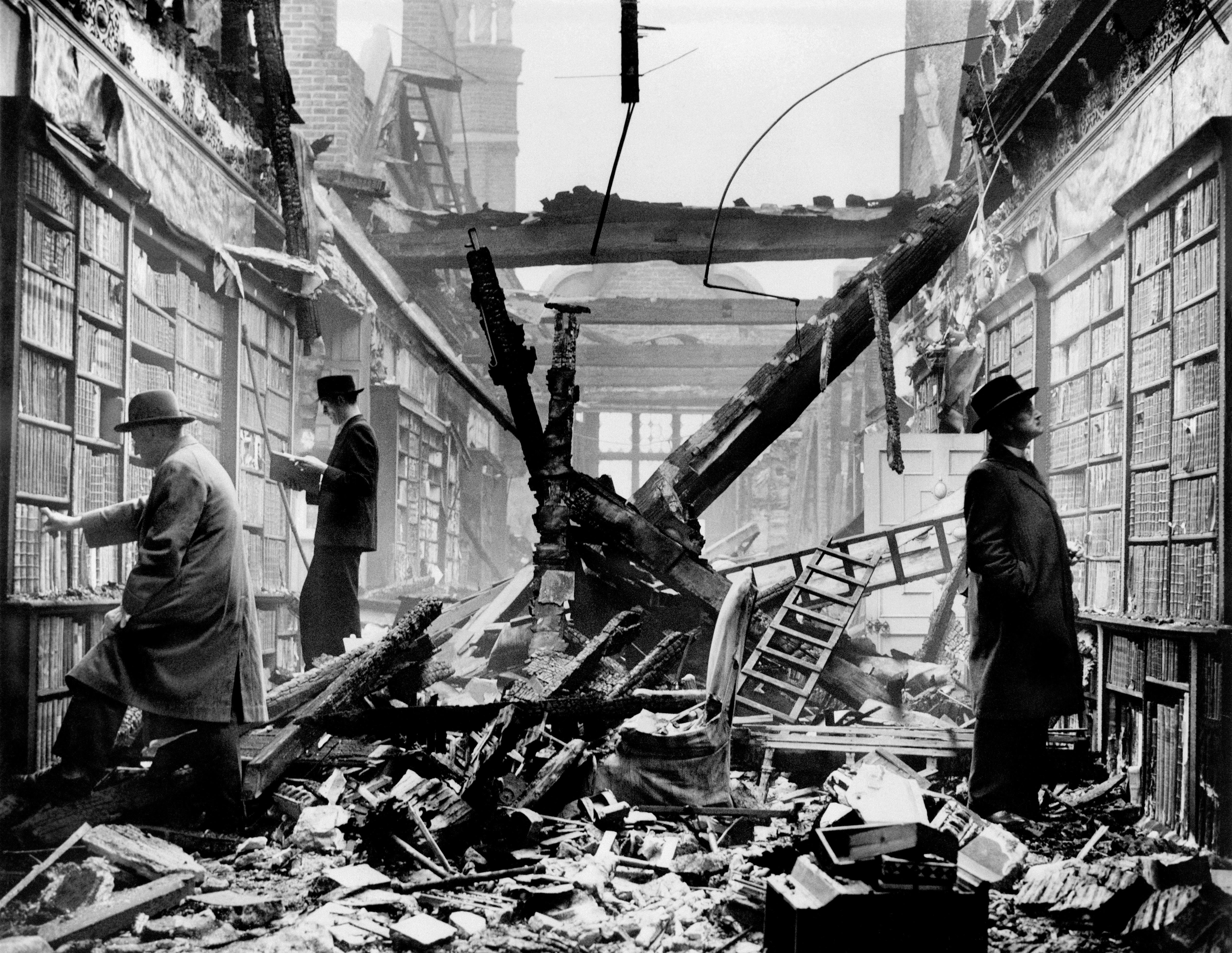 Lecteurs dans la bibliothèque bombardée de Holland House pendant le Blitz sur Londres. Bataille d'Angleterre. Novembre 1940. Photo du War Office.