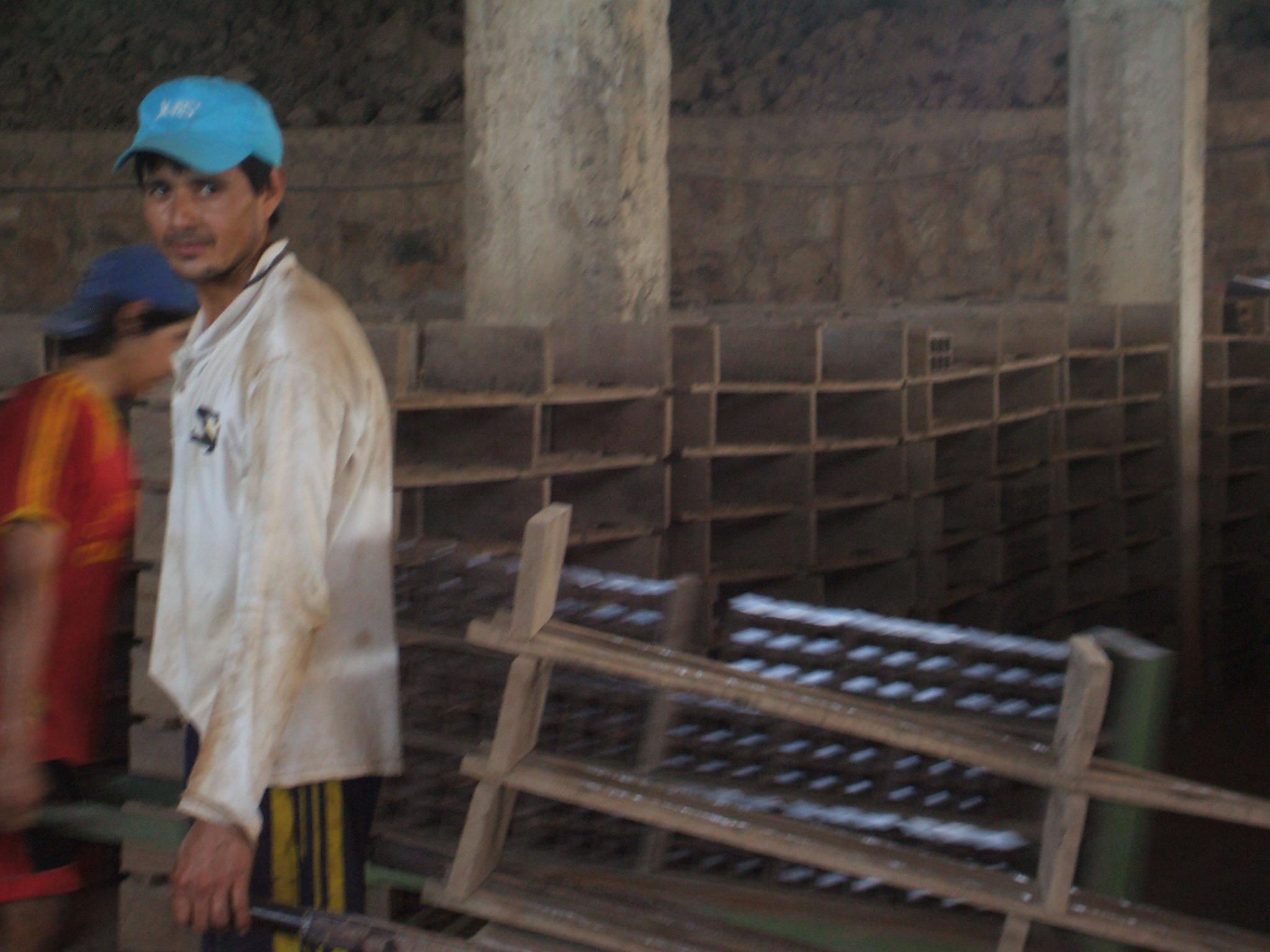 Description Hombres trabajando en la Fabrica de ceramica7.jpg