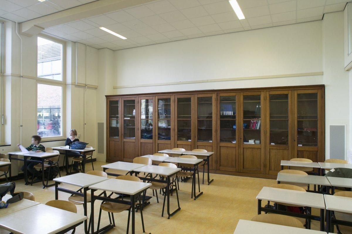 File:Interieur, overzicht klaslokaal met oude kastenwand - Drachten ...