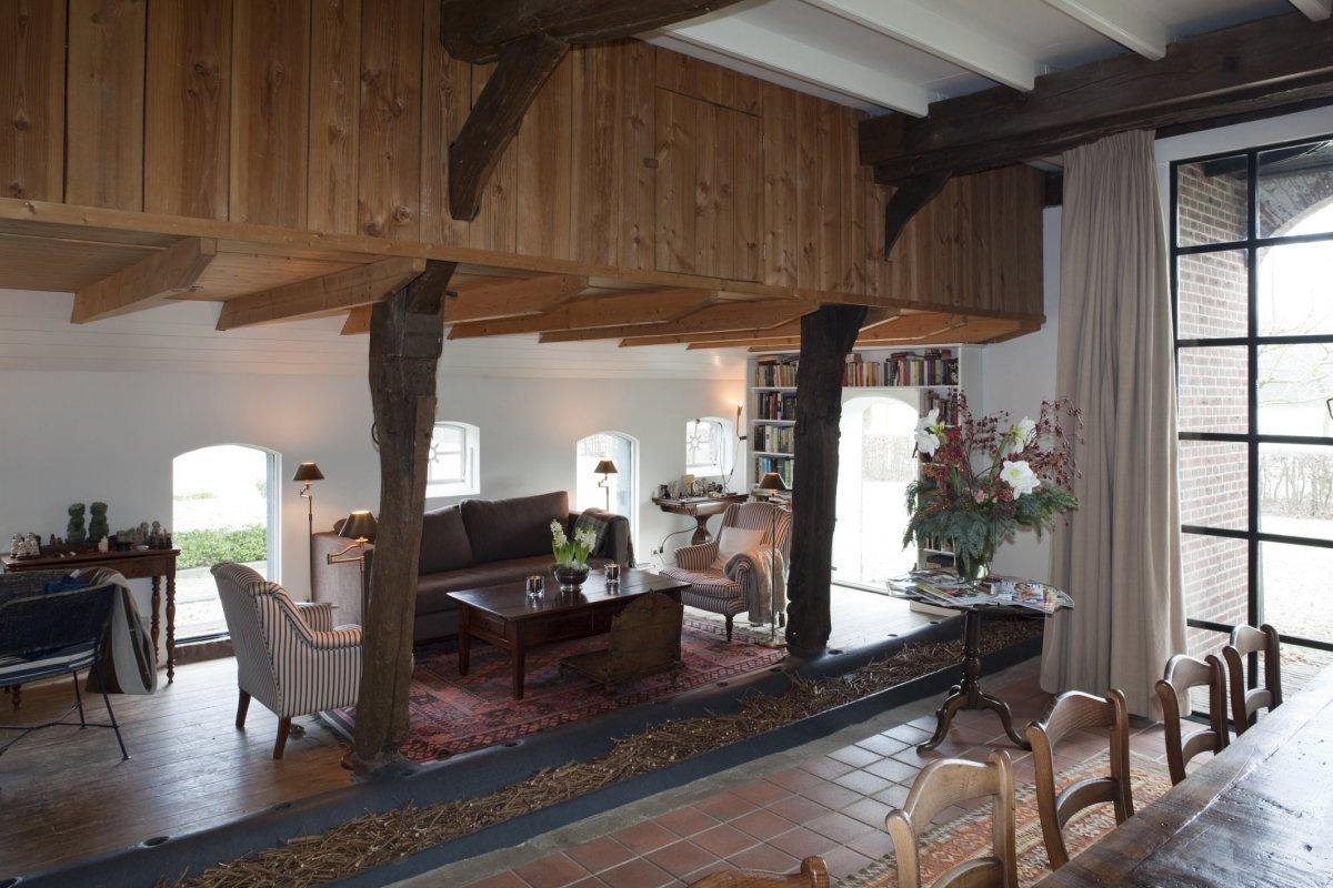 File interieur overzicht woonkamer in deel met voederbakken gevuld met opgeknipte takken van - Interieur woonkamer ...
