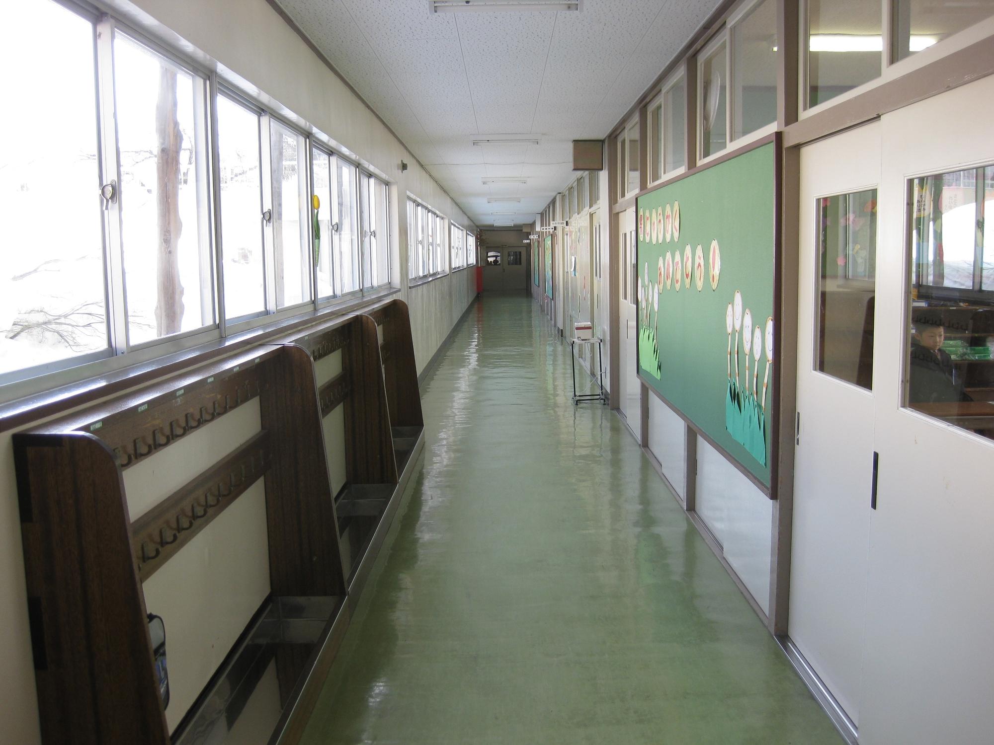 File:Jinego Elementary School 1F Hallway 2.jpg - Wikimedia ...