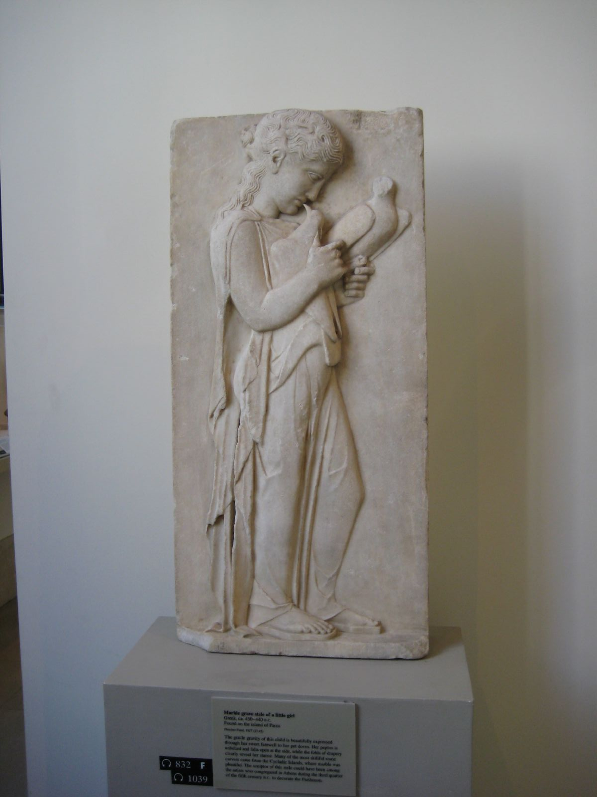 File marble grave stele of a little wikimedia for Graue stuhle