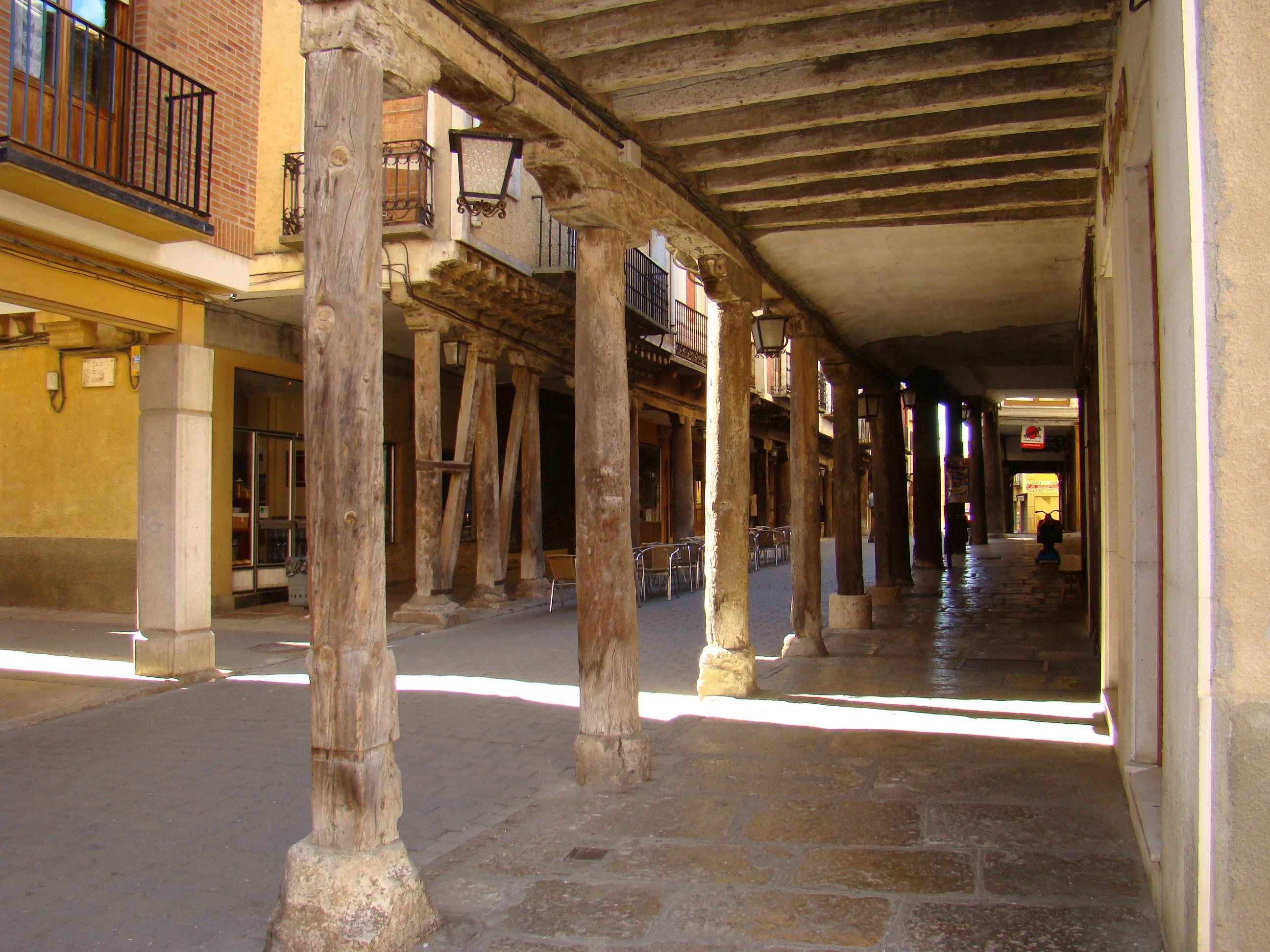 File medina de rioseco rua mayor columnas madera for Pilares y columnas