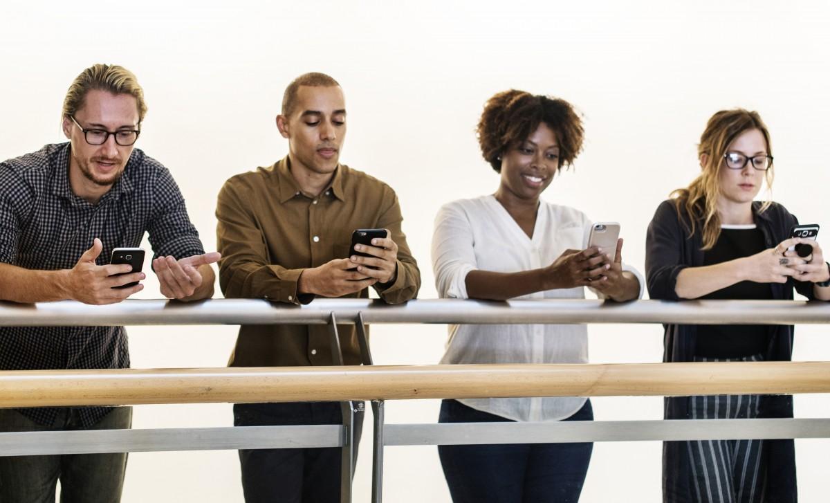 Los teléfonos móviles, por encima de todo lo demás.