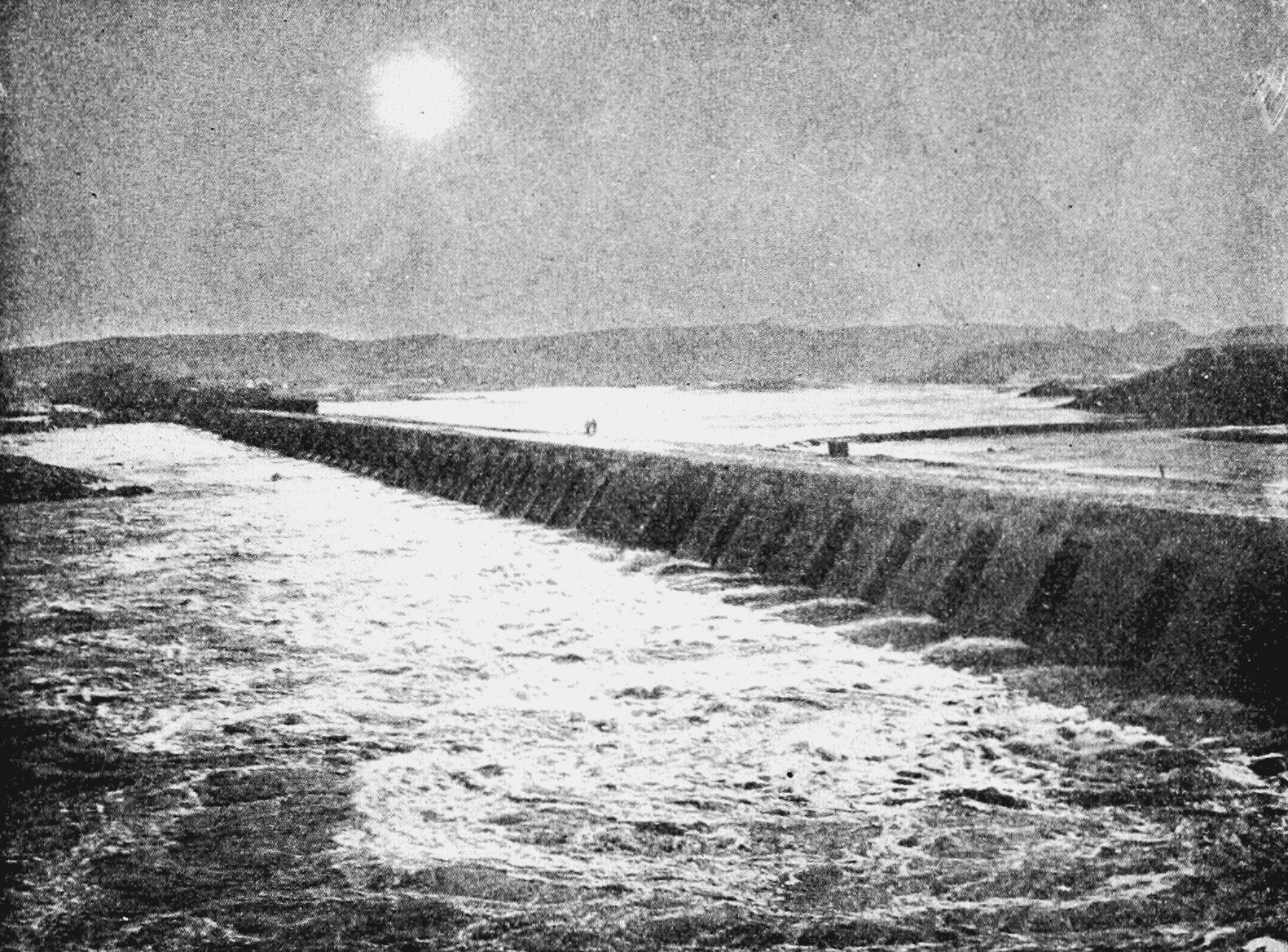 PSM V62 D565 Aswan dam during eclipse of november 11 1901.png