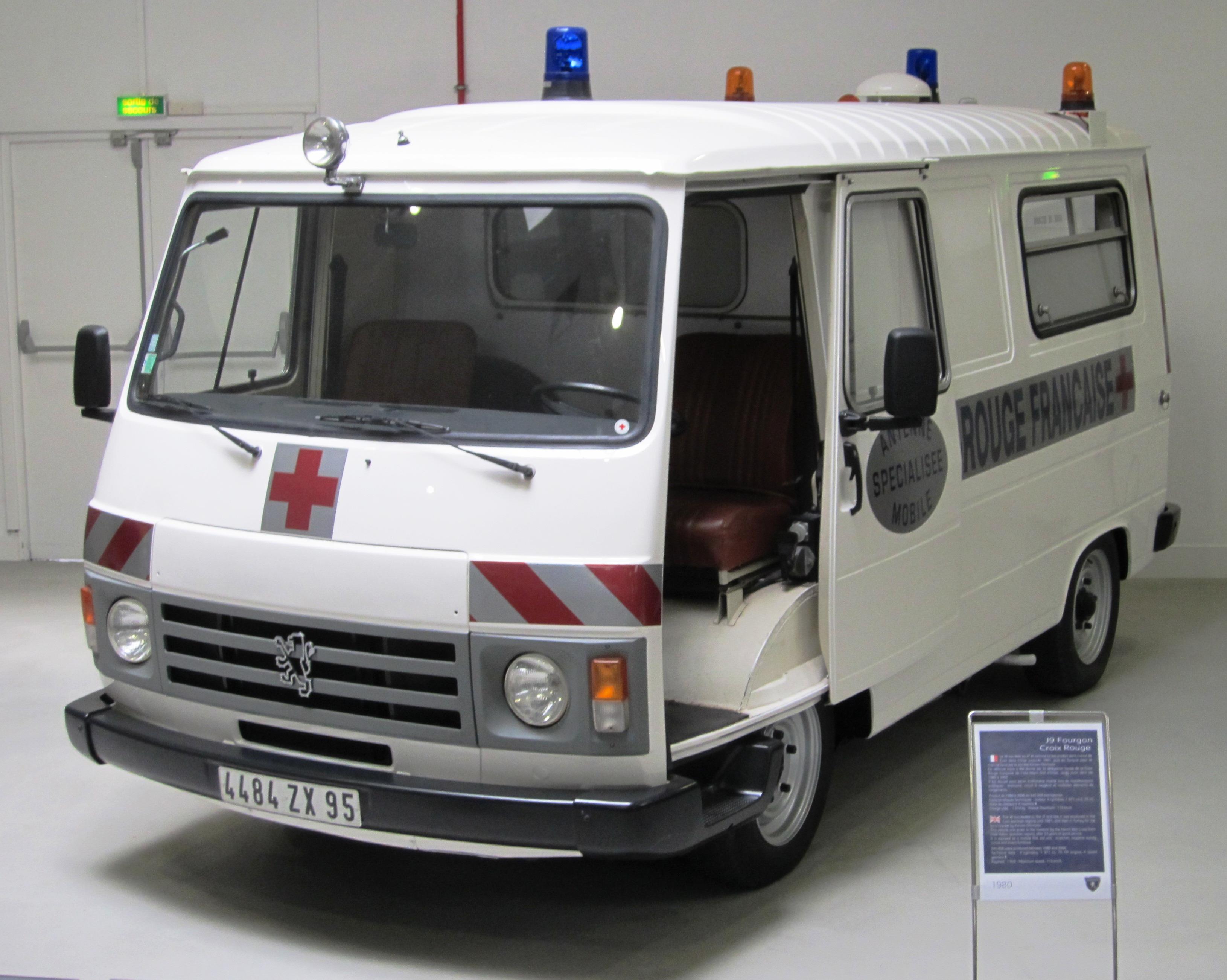 File peugeot j9 de la croix rouge jpg wikimedia commons for Interieur camping car